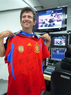 Miguel feliz con su camiseta de españa