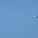 avión en cielo azul